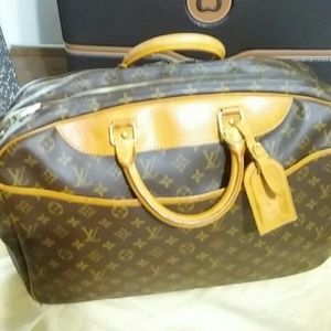 LOUIS VUITTON TRAVEL BAG. (Authentic)